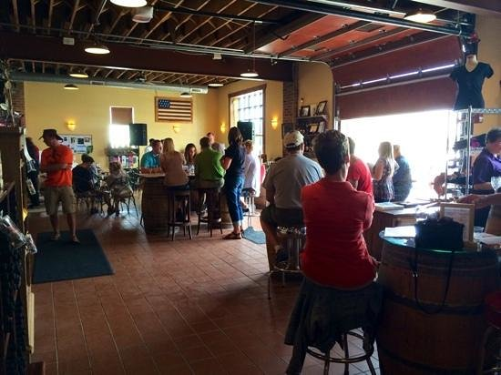Cannon River Winery: Front room where there was a band playing (not at the moment)