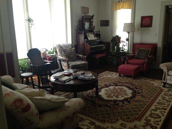 Thompson House Bed & Breakfast: Main Living room