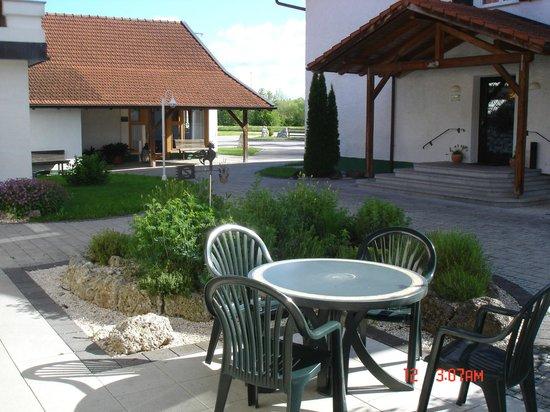 Oedhof Hotel: Nice outdoor sitting areas