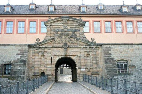 Zitadelle Petersberg: Дом коменданта у входа в крепость