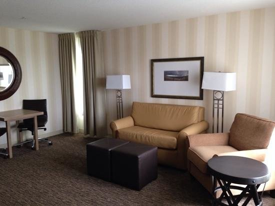 DoubleTree by Hilton Hotel Portland - Beaverton : Living room area of Executive King suite