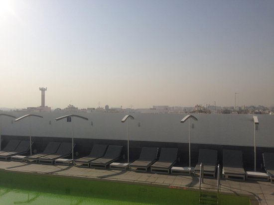 Hues Boutique Hotel: Rooftop pool overlooking Dubai