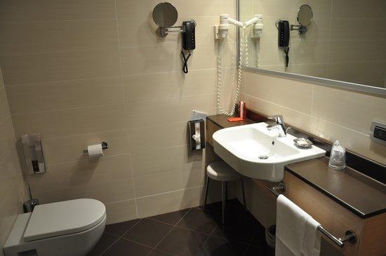 iQ Hotel Roma: Bathroom