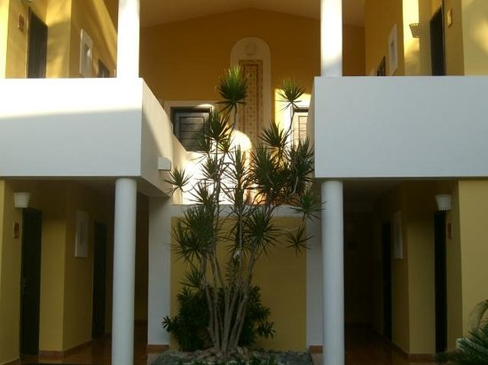 Meliá Caribe Tropical: room entrance in yellow building