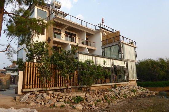 Einn Chao'er Holiday Inn: Front of hotel facing lake