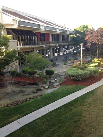DoubleTree by Hilton Hotel Sacramento: Stream, lush landscaping and outdoor patio