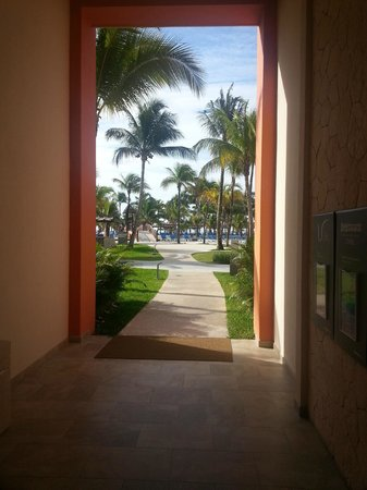 Barcelo Maya Caribe : Entering the pool area from the rooms.