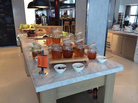 Fairmont Nanjing: Impressed by the huge selection of honey