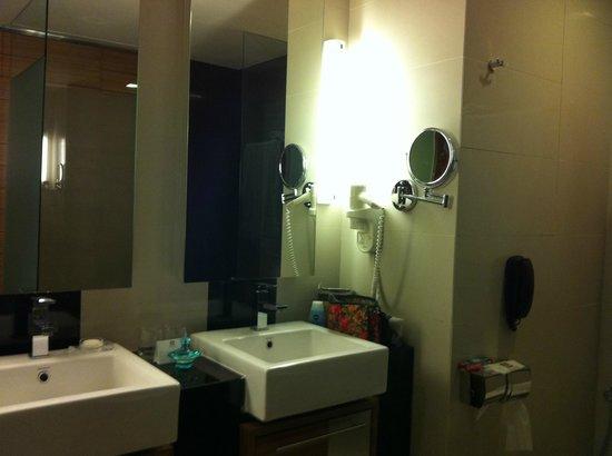 Dua Sentral Suites: Club Suite bathroom