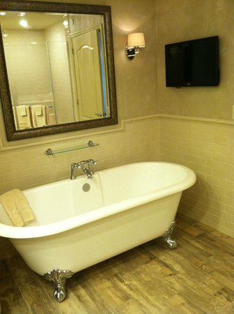 AmishView Inn & Suites: Watch TV while soaking in the claw foot tub