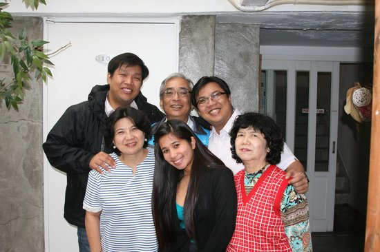 Crib 49 Guesthouse: Filipino doctors with the family, happy get together with the staff and treated as one family:)