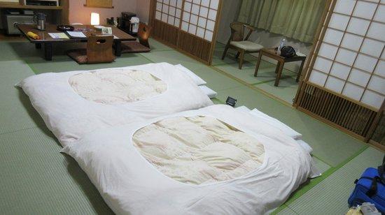 HIRAIZUMI Hotel Musashibo : Futons laid out after dinner
