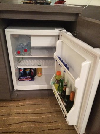 Rendezvous Hotel Perth Scarborough: Very basic mini bar.