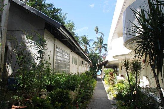 Surfside Boracay Resort & Spa: Дорожка из номера