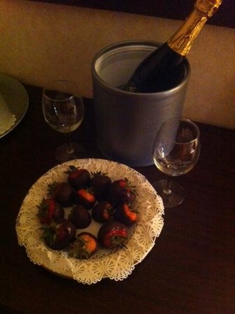 Tuscany House at the Renault Winery Resort : Delicious bluberry champagne and chocolaye covered strawberries