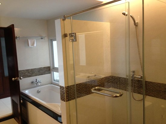 August Suites: Huge bathroom