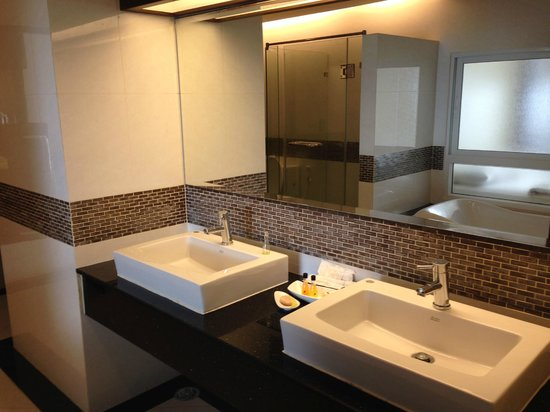 August Suites: Nice bathroom