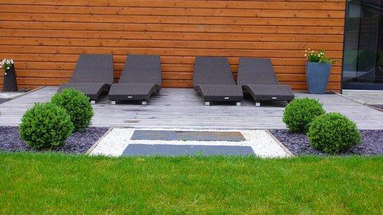 espace repos dans le jardin - Photo de Aux Chambres d\'à Côté ...