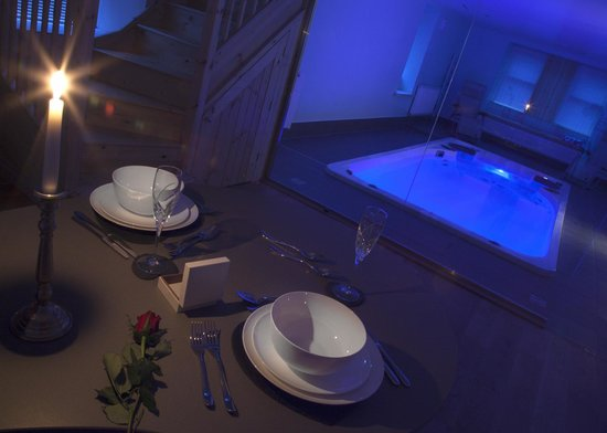 Cheviot Holiday Cottages: Evening beside the Retreat cottage swimspa
