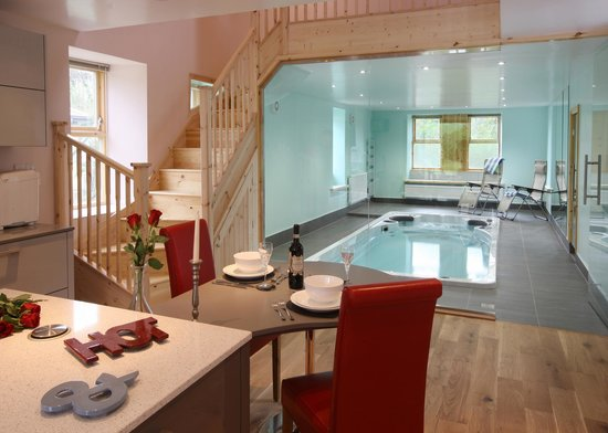 Cheviot Holiday Cottages: Dining beside the Retreat cottage swimspa