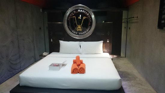 Nicky's Handlebar Hotel: the cool bed and a harley logo (it lights up)