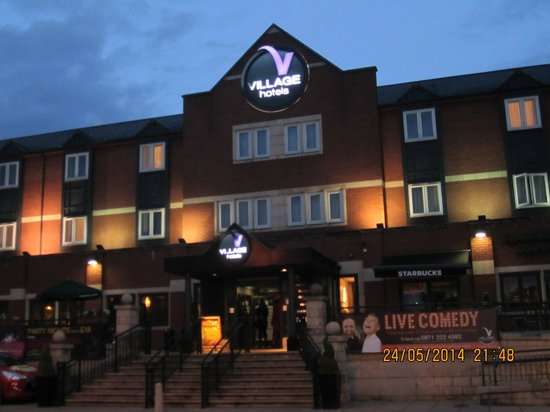 Village Hotel Coventry: Nightime front of hotel