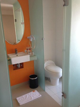 HARRIS Hotel & Residences Riverview Kuta: Toilet