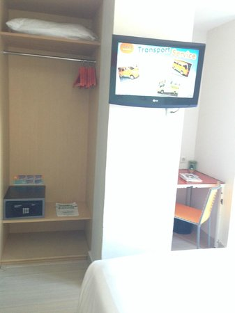 HARRIS Hotel & Residences Riverview Kuta: Viewing TV from the bed