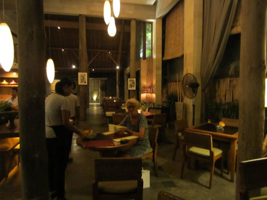 Three Monkeys Sanur: binnen in het restaurant