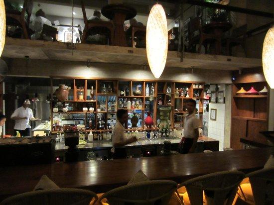 Three Monkeys Sanur: zicht op de bar