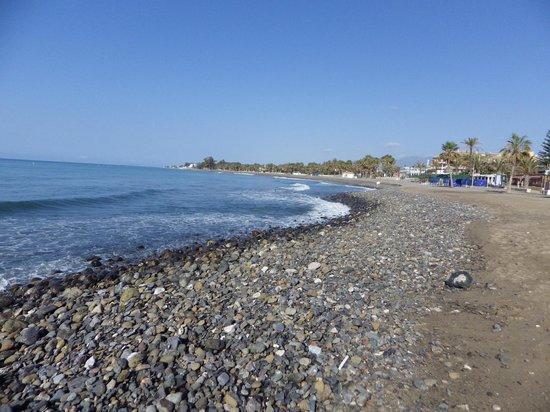 Globales Cortijo Blanco Hotel: Plage de San Pedro plutôt avec des galets