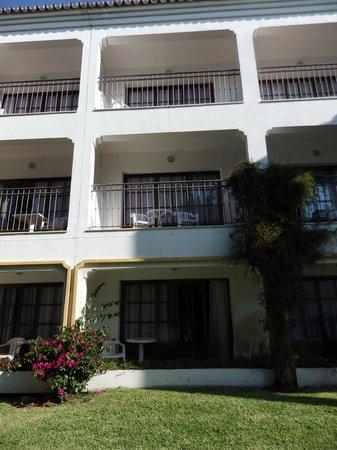 Globales Cortijo Blanco Hotel: Vue arrière des chambres situées au cours de tennis
