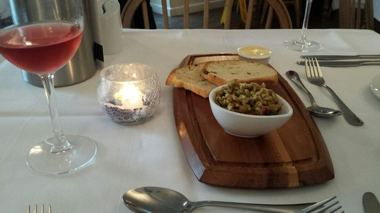 Willowgate Bistro: A free bread and tapanard