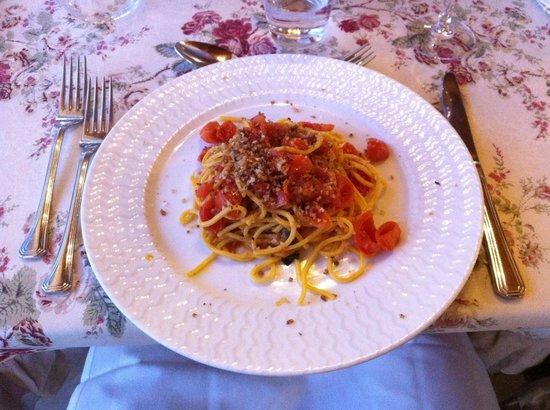 Antica Trattoria La Piazza: Spaghetti alla chitarra con alici e pomodorini freschi