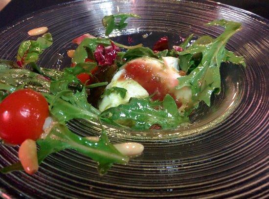 La Viña del Ensanche: Ensalada de mozzarella, mermelada de tomate, pesto y piñones