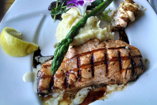 Harpoon Henry's Seafood Restaurant : Beautifully done Atlantic salmon with garlic mashed potatoes