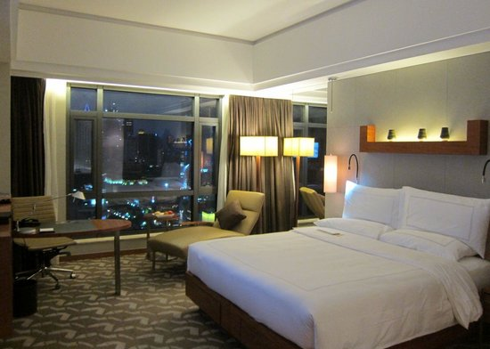 Swissotel Grand Shanghai: King size bedroom on the 18th floor