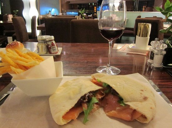 Swissotel Grand Shanghai: The salmon sandwich was delicious, but the Swiss red wine quite bland