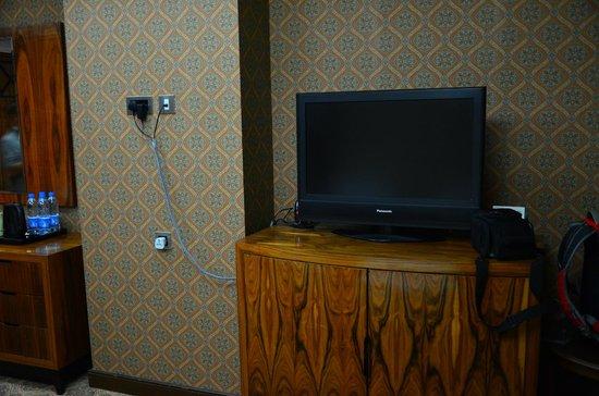 Royal Dyar Hotel: TV, tombol power, channel, & volume di bagian atas