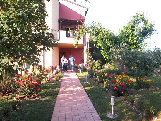 Bed & Breakfast Le Fate Dei Prati: Vialetto