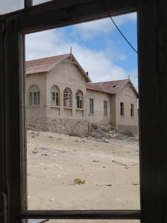 Ciudad fantasma de Kolmanskop: Looking out the window!