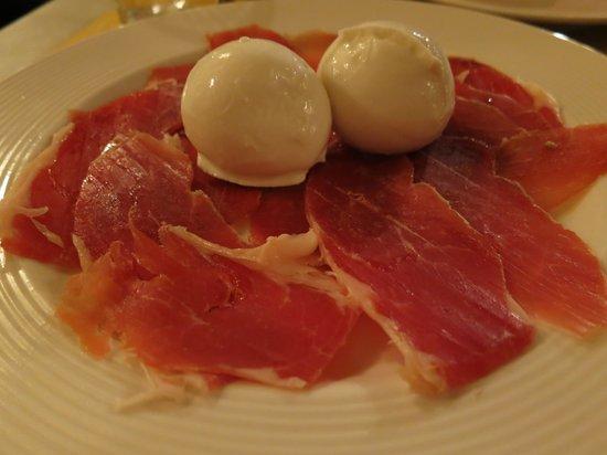 Vini e Vecchi Sapori : our appetizer. the buffala tastes amazing.