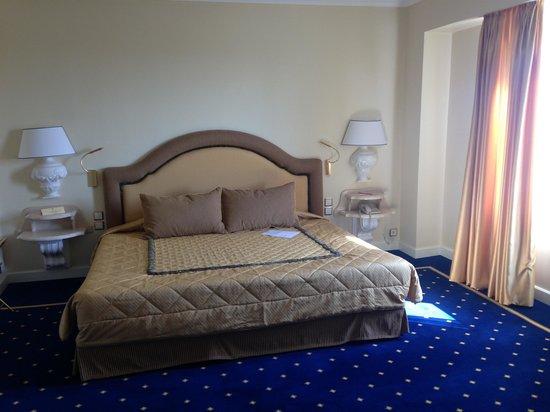 Royal Olympic Hotel : ダブルルームのベッドルーム
