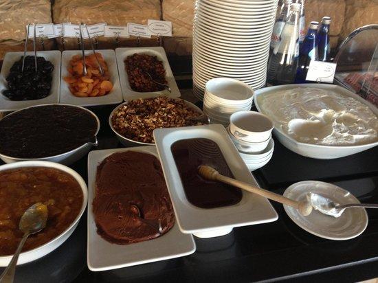 Royal Olympic Hotel : 朝食のバイキングのヨーグルトと蜂蜜