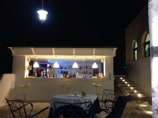 Lindos Sun Hotel: Bar area in the evening! Great cocktail menu, and if it's not on there they can still make it!