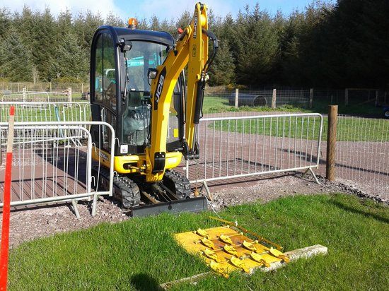 County Cork, Irlanda: Skittles game at the JCB Diggers