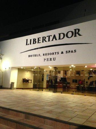 Libertador Lago Titicaca: ночной вид на отель
