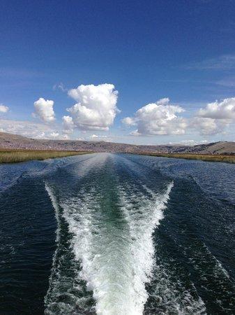 Libertador Lake Titicaca: Плывем из отеля к плавучим деревням