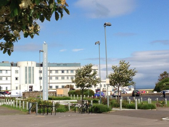 Olivers cafe morecambe : View from Oliver's cafe of midland hotel and Morecambe bay