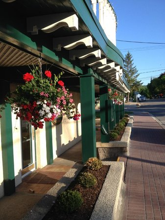 The Gananoque Inn and Spa: Street side
